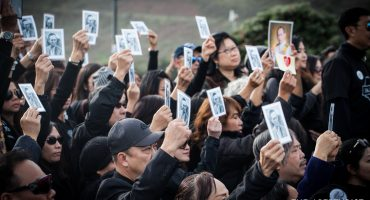 More than a thousand Thais walk across Golden Gate Bridge to honor Thailand's late King Bhumibol Adulyadej